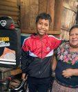 El niño William Ben reparte tortillas a domicilio para ayudar a su mamá María Ben en los gastos de su casa en San Lucas Tolimán, Sololá. (Foto Prensa Libre: Daniel Chumil)