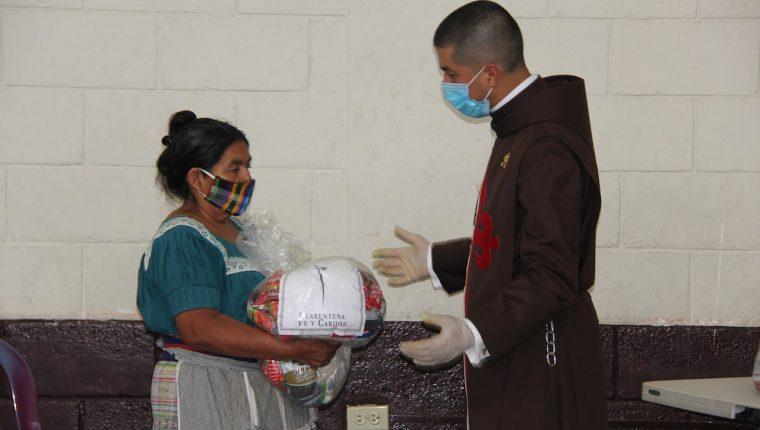 Los Heraldos del Evangelio y la Fundación Misericordia entregan víveres a familias afectadas por la pandemia. (Foto Prensa Libre: Cortesía)