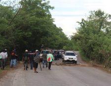 Grupos de vecinos llevan a cabo constantes bloqueos en los accesos a El Estor. (Foto Prensa Libre: Dony Stewart)