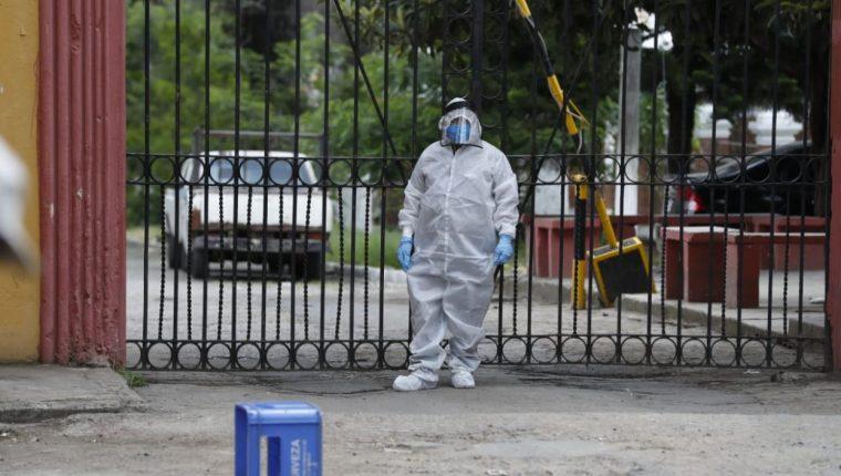 Personal de funerarias y de atención sanitaria utilizan trajes especiales para evitar ser contagiados. (Foto Prensa Libre: Hemeroteca PL)