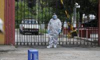 Personal de funerarias y de atención sanitaria utilizan trajes especiales para evitar ser contagiados. (Foto Prensa Libre: Esbin García)