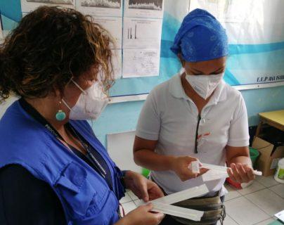 El personal sanitario mantiene las medidas de seguridad para la atención de pacientes. (Foto Prensa Libre: PDH)