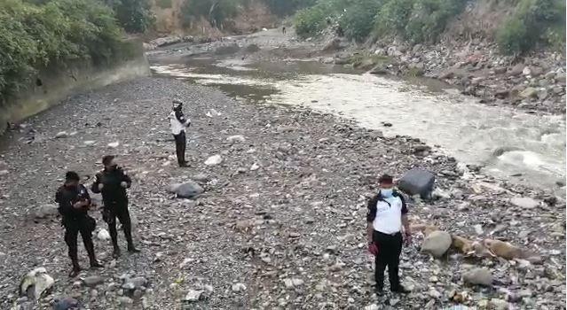La busqueda de las personas arrastradas se reinió a las cinco de la mañana. (Foto Prensa Libre: B. Voluntarios)