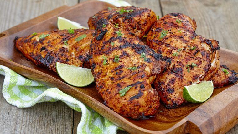 El pollo está bien cocinado cuando ya no tiene partes rojas.  Foto Prensa Libre: ShutterStock