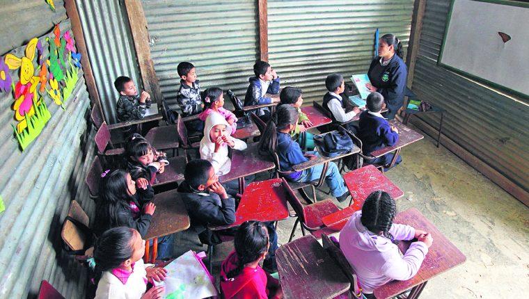 El Mineduc remoza cerca de mil escuelas en los 22 departamentos del país, y priorizará el tema del agua y servicios sanitarios. (Foto Prensa Libre: Hemeroteca PL)