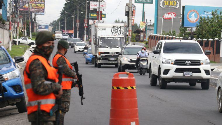 Desde hace varias semanas la municipalidad ha implementado controles en los ingresos que ha tenido el apoyo del  Ejército y la Policía Nacional Civil. (Foto Prensa Libre: Raúl Juárez)