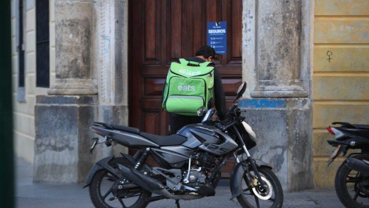 Pilotos repartidores de aplicaciones de servicio a domicilio en Guatemala toman medidas de protección para garantizar un buen servicio a los usuarios. (Foto Prensa Libre: Carlos Hernández Ovalle)