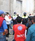 Agentes de la PMTQ explicaron a los taxistas cuáles serán los requisitos para poderlos dejar circular. (Foto Prensa Libre: Raúl Juárez)