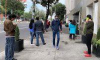 MEX3055. CIUDAD DE MÉXICO (MÉXICO),23/06/2020.- Personas salen de sus hogares después de escuchar la alerta sísmica en diferentes alcaldías de Ciudad de México (México). Un sismo de magnitud 7,1 se registró este martes a 12 kilómetros del municipio de Crucecita, en el sureño estado de Oaxaca, y se sintió en varios puntos del país activando la alerta sísmica en la capital. EFE/José Pazos
