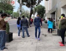Personas salen de sus hogares después de escuchar la alerta sísmica en diferentes alcaldías de Ciudad de México. (Foto Prensa Libre: EFE)