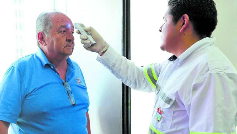 La toma de temperatura en los lugares públicos no permite detectar a los pacientes asintomáticos contagiados con covid-19- (Foto Prensa Libre: Hemeroteca PL)