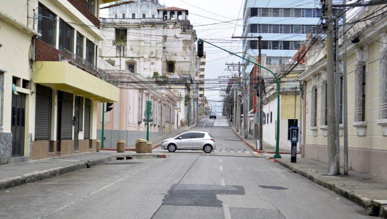 Una de las medidas implementadas es la restricción en la circulación de vehículos por medio del número de placa. (Foto Prensa Libre: María René Gaytán)