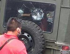 Un vehículo del ejército resultó con daños por piedras que lanzaron los manifestantes.(Foto Prensa Libre: Alexánder Coyoy)