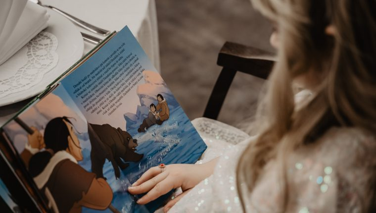 Cada página de un libro lleva a los niños a diversos mundos llenos de aventura o conocimiento.  (Foto Prensa Libre: Victoria Priessnitz/Unsplash)