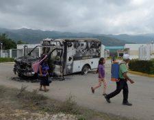 Villa de Las Rosas, México: personas pasan frente a una ambulancia que fue incendiada este jueves en el municipio. (Foto Prensa Libre: EFE)