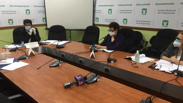 La ministra de Salud, Amelia Flores y la viceministra Nancy Pezzarossi asistieron a la bancada de la UNE. (Foto Prensa Libre: Congreso)