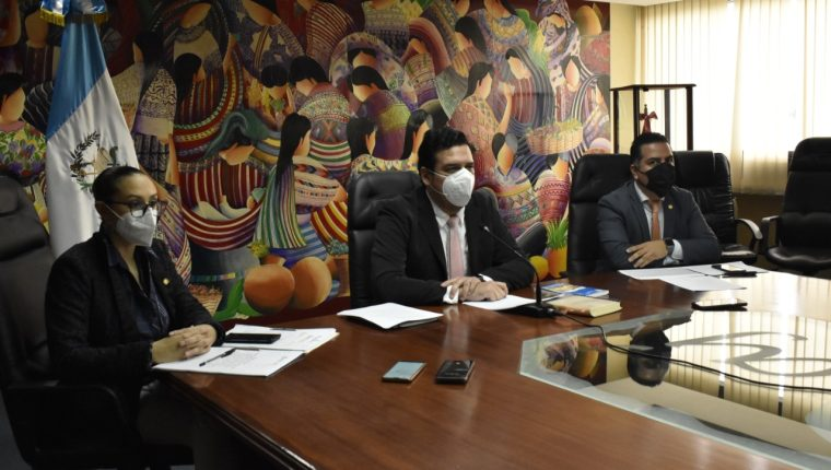 Autoridades del Ministerio de Trabajo anuncian un operativo de verificación de pago del Bono 14. (Foto Prensa Libre: Cortesía)