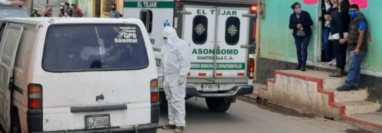 Bomberos intentaron mas no pudieron reanimar a las víctimas del ataque armado. (Foto Prensa Libre: Bomberos Municipales Departamentales)