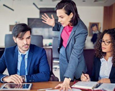 La gente tiende a recibir un ascenso en función de su desempeño en el trabajo que está realizando en ese momento, no por su capacidad de asumir nuevas y mayores responsabilidades futuras. GETTY IMAGES
