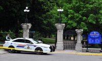 La entrada principal al Rideau Hall en Ottawa terminó dañada tras el supuesto ataque de un hombre armado. GETTY IMAGES