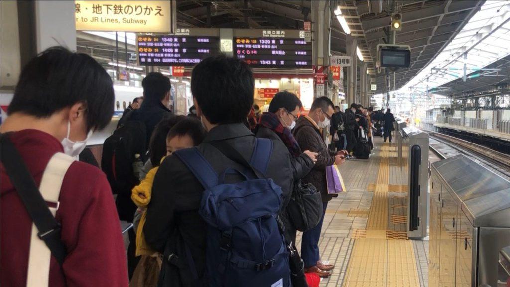Pasajeros esperan abordar el Shinkansen -el tren bala- en la estación del tren de Tokyo. (Foto Prensa Libre: Daniel Guillén Flores)