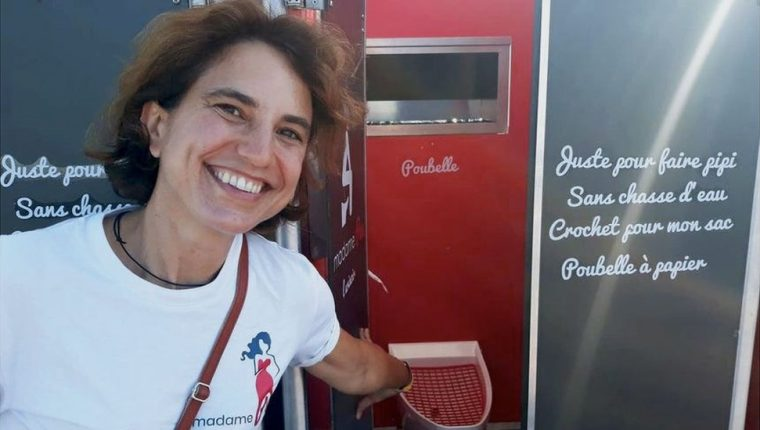 Las largas colas en los baños de mujeres motivaron a Nathalie Des Isnards a empezar una empresa de urinarios femeninos.