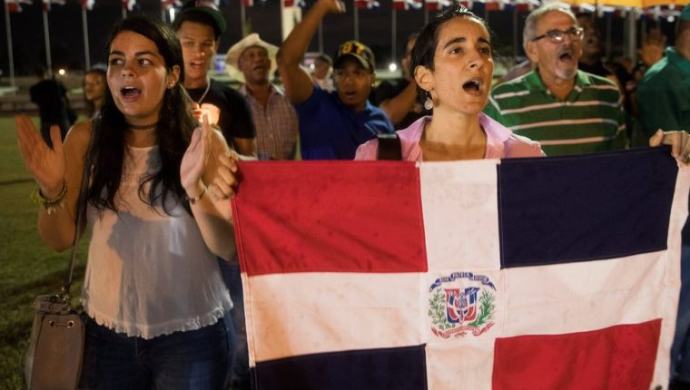 La suspensión de las elecciones municipales provocó protestas frente a las oficinas de la Junta Central Electoral.