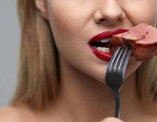 Los humanos comen carne desde hace milenios pero en los últimos años existen cuestionamientos a esa alimentación.