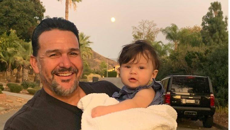 Emmanuel Cafferty celebró con sus hijas y nietos su nuevo empleo… que perdió después de ser expuesto y criticado en Twitter.