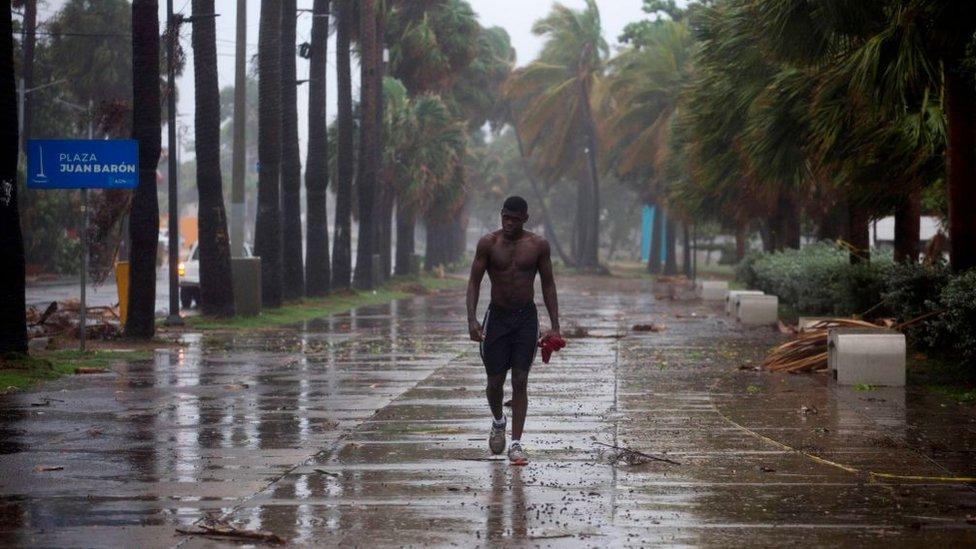 Isaías se convierte en huracán y amenaza a Bahamas después de dejar sin energía eléctrica a cientos de miles en Puerto Rico