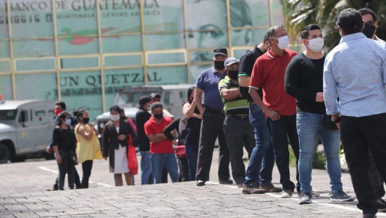 Guatemaltecos hacen fila para gestiones en el CHN, a cargo de programas de ayuda por el coronavirus. (Foto Prensa Libre: Érick Ávila)