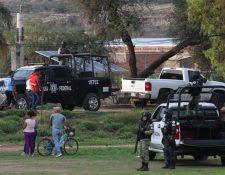 Miembros de la Guardia Nacional e integrantes de las fuerzas de seguridad pública del Estado vigilan este miércoles el lugar del ataque en Guanajuato. (Foto Prensa Libre: EFE)