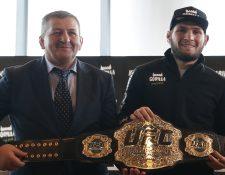 Khabib junto a su padre y entrenador Abdulmanap Nurmagomedov, quien falleció por complicaciones causadas por el coronavirus. (Foto Prensa Libre: EFE)