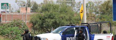 Policías estatales realizan un control este viernes cerca al sitio donde fueron acribillados agentes de las Fuerzas de Seguridad Publica del Estado, en el municipio de Apaseo el Alto, estado de Gaunajuato, México. (Foto Prensa Libre: EFE)