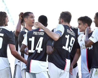 Cristiano Ronaldo es felicitado después de anotar de tiro libre en el partido de la Juventus contra el Torino. (Foto Prensa Libre: EFE).