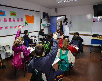 Estudiantes del Colegio Español Cervantes en Uruguay durante el retorno de las clases presenciales en Montevideo. (Foto Prensa Libre: EFE)