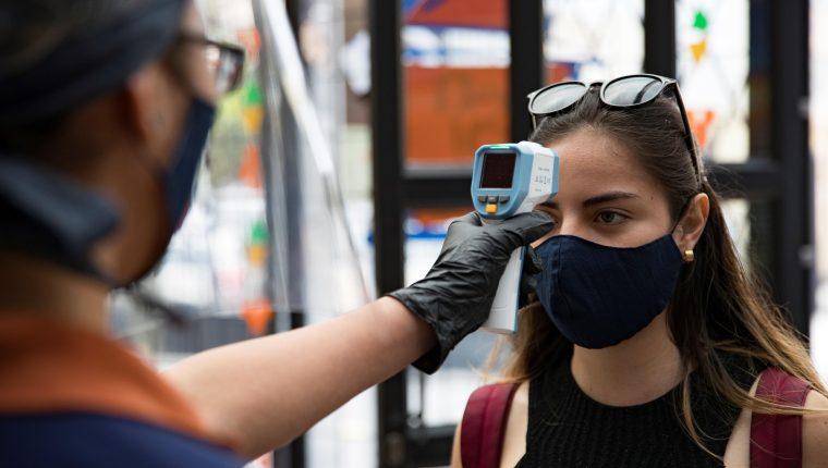 Los termómetros infrarrojos no causan ningún daño al cerebro ni a los ojos, según expertos. (Foto Prensa Libre: Hemeroteca PL)