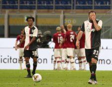 Los jugadores de la Juve se lamentan, mientras los del AC Milan celebran. (Foto Prensa Libre: EFE)