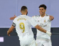 El delantero del Real Madrid Marco Asensio (d) celebra con Benzema tras marcar el segundo gol ante el Alavés. (Foto Prensa Libre: EFE)