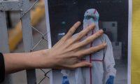 GU6001. CIUDAD DE GUATEMALA (GUATEMALA), 11/07/2020.- Médicos colegas de Óscar Hernández, de 45 años quien murió hoy por coronavirus, colocan flores y fotos en la entrada del hospital del Parque de la Industria, en Ciudad de Guatemala. Hernández trabajaba como jefe de turno de encamamiento en el hospital de campaña Parque de la Industria, levantado en marzo por la epidemia, según confirmó el Ministerio de Salud. EFE/ Esteban Biba