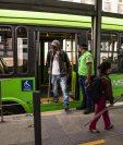 AME5526. CIUDAD DE GUATEMALA (GUATEMALA), 31/07/2020.- Un usuario se baja de un autobús de Transmetro este viernes, en Ciudad de Guatemala (Guatemala). Se reactiva la primera línea de transporte público de Ciudad de Guatemala después que el presidente de Guatemala anunciara una pausada reapertura económica y de movilidad después de más de 4 meses de restricciones en el transporte público para evitar el contagio del coronavirus, que ha provocado más de mil 800 muertes en el país centroamericano. EFE/ Esteban Biba