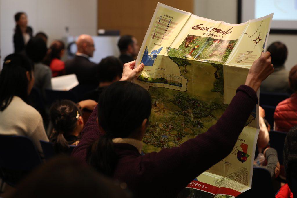 Residente de Tawaramoto-cho ve a detalle un mapa de Guatemala en el marco de las actividades del Día de Guatemala en Tawaramoto-cho, prefectura de Nara. (Foto Prensa Libre: Daniel Guillén Flores)