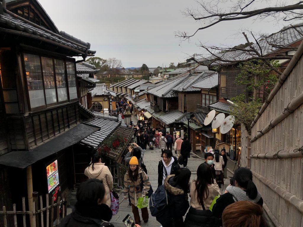 Matsubara-Dori, una calle popular llena de comercios en Kyoto, antigua capital de Japón. (Foto Prensa Libre: Daniel Guillén Flores)