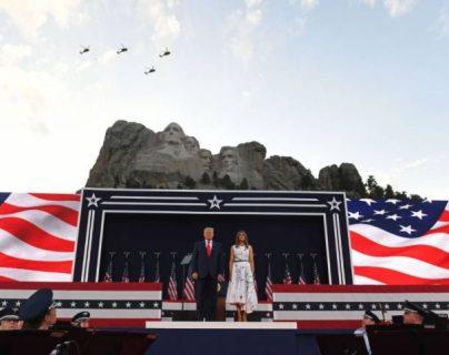 """Trump llevó a cabo un mitin delante de los cuatro presidente tallados en el Monte Rushmore, planea estar en la explanada para dar un """"saludo a Estados Unidos"""" acompañado de música y aviones militares. (Foto Prensa Libre: AFP)"""