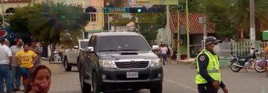 Rubén Neftalí Paredes, alcalde de Teculután, Zacapa, viajaba en un picop cuando fue atacado a balazos. (Foto Prensa Libre: Bomberos Voluntarios)