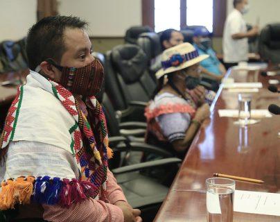 Giammattei y representantes indígenas hablan sobre la institucionalidad a favor de los pueblos originarios. (Foto Prensa Libre: Presidencia)