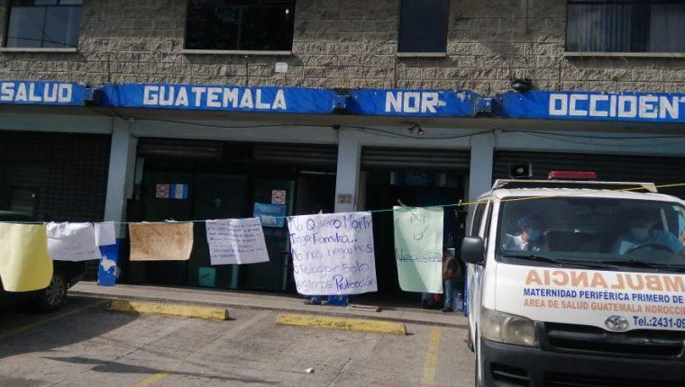 Protesta de trabajadores del centro de Salud de San Pedro Sacatepéquez en la sede del Área de Salud Guatemala Noroccidente. (Foto Prensa Andrea Domínguez)