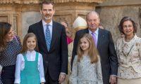 Los reyes Felipe y Letizia, sus hijas, la princesa Leonor y la infanta Sofía, y los reyes don Juan Carlos (i), y doña Sofía, a la salida de la misa de Pascua, donde se vivió un momento incómodo (Foto Prensa Libre: EFE).