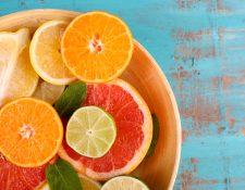 La dosis adecuada de vitamina C se obtiene al consumir frutas y verduras de forma variada y balanceada. Pero existen algunos alimentos que potencian la absorción de este micronutriente. (Foto Prensa Libre: Shutterstock).