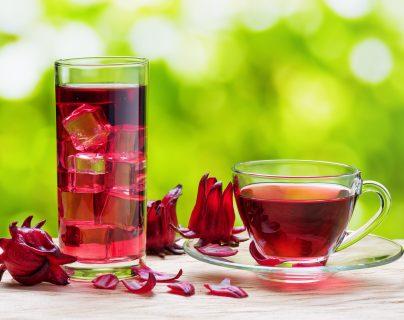 Frío o caliente, la rosa de Jamaica tiene muchos beneficios para la salud. (Foto Prensa Libre: Shutterstock)